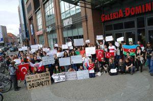 Concentración previa a la manifestación en apoyo al pueblo turco
